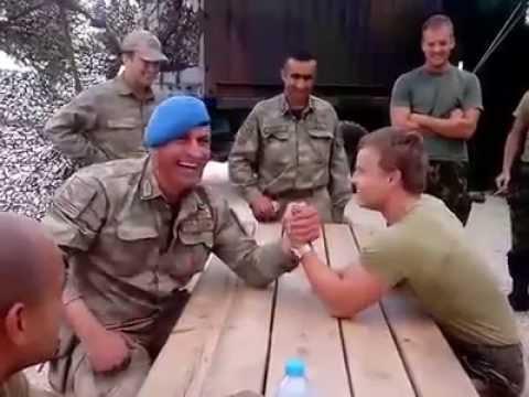 Türk Askerinin Bileğini Bükemeyen Hollandalı Asker